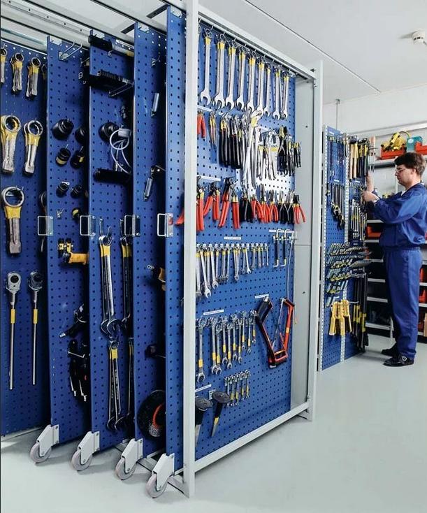 стенд с наборами инструментов