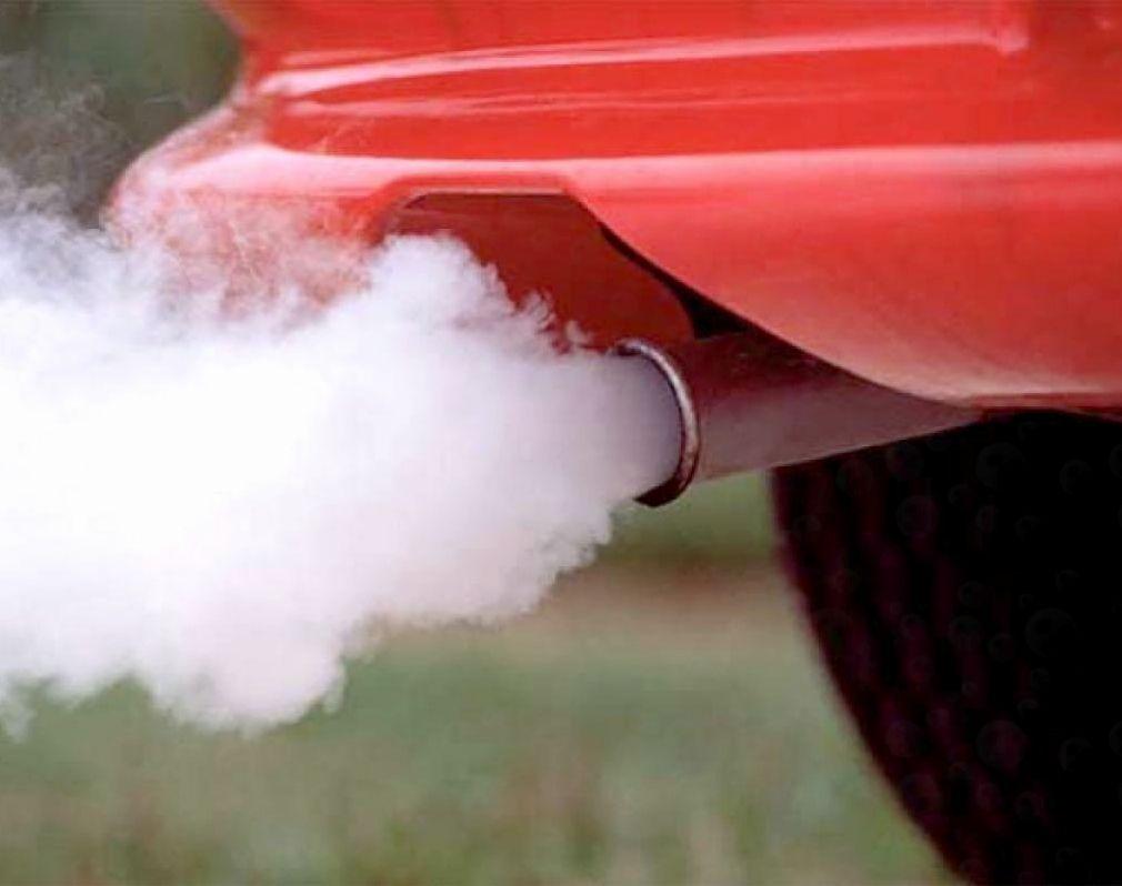 Почему белый дым из выхлопной трубы идет?